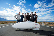De Canadees Todd Reichert (3e van rechts) van Aerovelo verbreekt het wereldrecord snelfietsen. In Battle Mountain (Nevada) wordt ieder jaar de World Human Powered Speed Challenge gehouden. Tijdens deze wedstrijd wordt geprobeerd zo hard mogelijk te fietsen op pure menskracht. Ze halen snelheden tot 133 km/h. De deelnemers bestaan zowel uit teams van universiteiten als uit hobbyisten. Met de gestroomlijnde fietsen willen ze laten zien wat mogelijk is met menskracht. De speciale ligfietsen kunnen gezien worden als de Formule 1 van het fietsen. De kennis die wordt opgedaan wordt ook gebruikt om duurzaam vervoer verder te ontwikkelen.<br /> <br /> The Canadian Todd Reichert  (3rd right) of Aerovelo sets a new land speed record by bicycle. In Battle Mountain (Nevada) each year the World Human Powered Speed ​​Challenge is held. During this race they try to ride on pure manpower as hard as possible. Speeds up to 133 km/h are reached. The participants consist of both teams from universities and from hobbyists. With the sleek bikes they want to show what is possible with human power. The special recumbent bicycles can be seen as the Formula 1 of the bicycle. The knowledge gained is also used to develop sustainable transport.