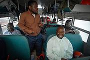 Dans l'autobus avec le départ pour les parterres de coupe.