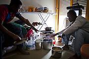 Preparazione di un pasto. Interno ex palazzine olimpiche.