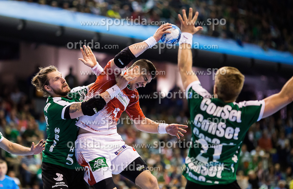 Berlin, Deutschland, 16.05.2015:<br /> Handball EHF Pokal Halbfinale Spiel 1 2014 / 2015 - Skjern Handbold - HSV Hamburg - EHF CUP Finals 2014/15.<br /> <br /> Alexandru Viorel Simicu (HSV #4) - Frederik Borm (Skjern Handbold #5), Rene Toft Rasmussen (Skjern Handbold #21) *** Local Caption *** &copy; pixathlon