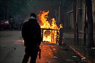 Une guérite de l'ambassade de France à Tunis est incendié par les manifestants lors d'affrontements avec les forces de police. // Des affrontements entre la police et les manifestants ont éclaté dans le centre de Tunis, notamment avenue Habib Bourguiba, faisant (selon Associated Press) 3 morts (prétendument par balle) et 12 blessés parmi les manifestants, Tunis le 26 février 2011.