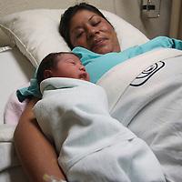 Toluca, México.- En el día de la celebración de las Madres, la clínica 221 del IMSS tuvo el nacimiento de Ángel Mateo quien nació a las 2:17 de la mañana, siendo el primer bebé que se recibiera en este día.   Agencia MVT / Crisanta Espinosa.