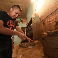 Metepec, México (Diciembre 12, 2016).- César Ródriguez Carrillo, artesano de Metepec, junto con sus hermanos se dedican a hacer nacimientos de 9 diferentes tamaños desde los 25 cm hasta un metro con 20 cm, con 11 piezas, transformando el barro con sus manos para decorar los hogares en estas fiestas decembrinas.  Agencia MVT / Crisanta Espinosa