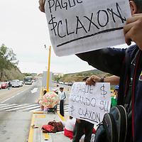 Oaxaca, Oax.- Maestros de Oaxaca toman la caseta de cobro de la comunidad de Huitzo, dando el paso libre a los vehiculos durante las protestas que realizan en demanda de pago de recursos y aumento salarial en el dia 16 de paro magisterial. El ejercito mexicano que resguarda las oficinas de caminos y puentes federales (CAPUFE) solo se mantuvieron a la espectativa. Agencia MVT / Eder Lopez. (DIGITAL)<br /> <br /> NO ARCHIVAR - NO ARCHIVE