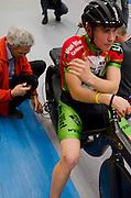 Bas van de Kooij is gestrand met zijn recordpoging ligfietsen op de wielerbaan in Apeldoorn door een gebroken ketting