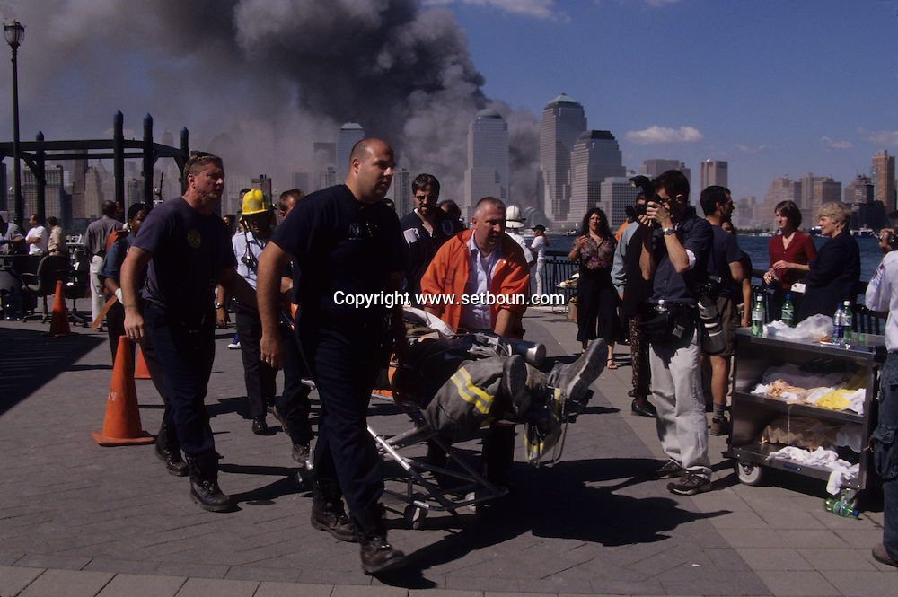 New York 9/11.  help and firemen, attack terorist on world trade center towers in Manhattan. view from New Jersey  New york  Usa /   organisation des secours sur la rive de new Jersey , attaque terroriste sur les tours du world trade center a Manhattan, vue depuis New Jersey  New york  USA