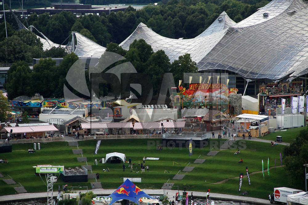 MONIQUE, ALEMANHA, 02 DE AGOSTO DE 2011 - SOMMER FESTIVAL - PARQUE OLÍMPICO - Movimentação na manhã desta terça-feira (02) no Festival de Verão do Parque Olimpico de Munique que acontece até o próximo dia 21 na Alemanha. (FOTO: WILLIAM VOLCOV - NEWS FREE).