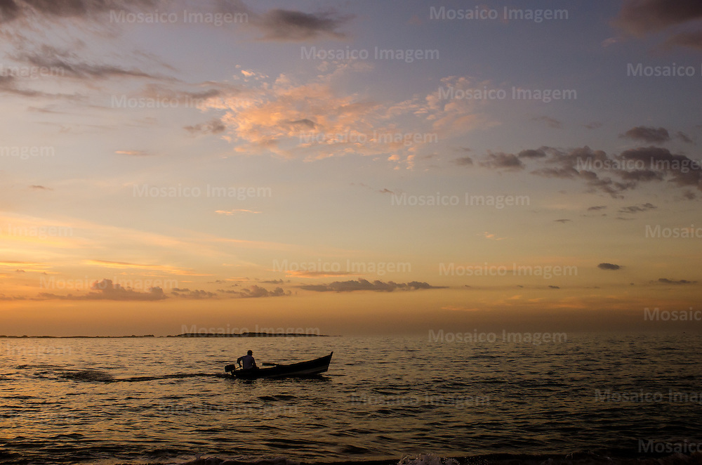 Brasil - Espirito Santo - Vila Velha - Nascer do sol na Praia de Itapua - Foto: Gabriel Lordello/ Mosaico Imagem