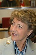 Prinses Margriet bij symposium over onnodige slechtziendheid <br /> <br />   Hare Koninklijke Hoogheid Prinses Margriet der Nederlanden woont donderdag 11 december in het Leids Universitair Medisch Centrum een symposium bij over de bestrijding van onnodige slechtziendheid in Nederland. Het symposium wordt georganiseerd door Vision 2020 Netherlands, een onderdeel van het project Vision 2020 van de Wereldgezondheidsorganisatie WHO. Prinses Margriet is beschermvrouwe van Vision 2020 Netherlands. Zij zal tijdens het symposium het eerste exemplaar van de in Nederland ontwikkelde universele bril in ontvangst nemen. <br /> Wereldwijd zijn 50 miljoen mensen blind en 135 miljoen slechtziend. Negentig procent van hen leeft in ontwikkelingslanden. Bij 22 miljoen mensen is de blindheid te verhelpen door een staaroperatie en bij 8 miljoen was blindheid te voorkomen geweest door betere voeding en meer hygiëne. De Wereldgezondheidsorganisatie WHO stelt zich ten doel alle gevallen van onnodige blindheid in 2020 te hebben weggewerkt, aan de hand van het programma Vision 2020. Uitvoering van dit programma moet er toe leiden dat 430 miljoen levensjaren niet in onnodige blindheid of slechtziendheid worden doorgebracht. <br /> <br /> Tijdens het Leidse symposium wordt onder meer gesproken over onnodige slechtziendheid bij verstandelijk gehandicapten, bij bewoners van verpleeghuizen en over vermijdbare blindheid ten gevolge van suikerziekte. Ook zal tijdens deze bijeenkomst een in Nederland ontwikkelde universele bril ter bestrijding van slechtziendheid worden gepresenteerd. Deze goedkope bril heeft glazen die door het draaien aan een knopje wisselen in sterkte, en is daardoor in principe voor iedereen geschikt. Omdat het ontbreken van een bril wereldwijd de tweede oorzaak van slechtziendheid is, kan hiermee een bijdrage worden geleverd aan de mondiale bestrijding van slechtziendheid.