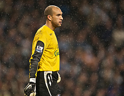 MANCHESTER, ENGLAND - Monday, February 25, 2008: Everton's goalkeeper Tim Howard in action against Manchester City during the Premiership match at the City of Manchester Stadium. (Photo by David Rawcliffe/Propaganda)