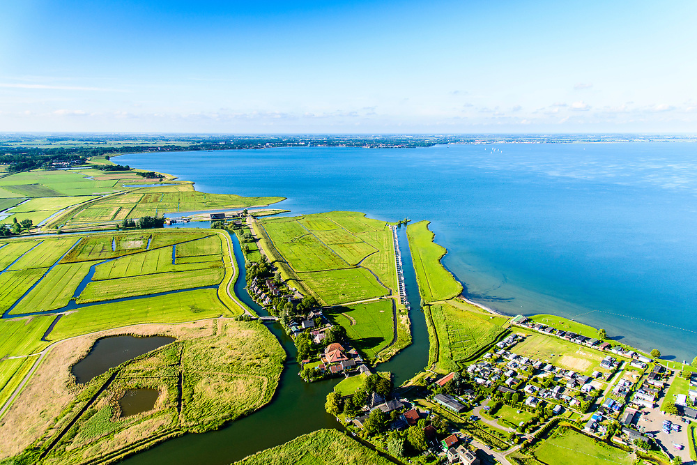 Nederland, Noord-Holland, Gemeente Edam-Volendam, 13-06-2017; Schardam, Hogermeerdijk, IJsselmeerdijk ten westen van Oosthuizen.<br /> De dijk staat op de nominatie om verstrekt te worden, bewoners en actievoerders vrezen aantasting van de monumentale dijk en verlies culturele waarden.<br /> Village Scahrdam and former seawall, east of Oosthuizen.<br /> The dike is nominated to be reinforced, residents and activists fear losing the monumental quality of the dike and losing other cultural values.<br /> <br /> luchtfoto (toeslag op standaard tarieven);<br /> aerial photo (additional fee required);<br /> copyright foto/photo Siebe Swart
