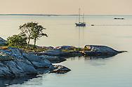 Båt på spegelblank fjärd vid Kallskär i i utskärgården