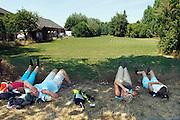 Nederland, Oosterhout, 18-7-2006..De zon schijnt hevig op de lopers van de 4 daagse. ..4 Deenemers liggen in de berm te rusten. Later werd in Nijmegen bekend dat er wandelaars overleden zijn, en werd het evenement voor het eerst in haar geschiedenis afgelast...Foto: Flip Franssen/Hollandse Hoogte