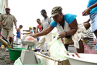 09 JAN 2006, SAO FELIPE/FOGO/CAPE VERDE:<br /> Fischverkaeuferinnen verkaufen frischen Fisch auf der Strasse, Sao Felipe, Insel Fogo, Kapverdischen Inseln<br /> Woman are selling fresh fish in the streets of Sao Felipe,  island Fogo, Cape verde islands<br /> IMAGE: 20060109-01-006<br /> KEYWORDS: Travel, Reise, Natur, nature, Meer, sea, seaside, K&uuml;ste, Kueste, coast, cabo verde, Dritte Welt, Third World, Kapverden, Markt, market, Einzehandel, Verkauf