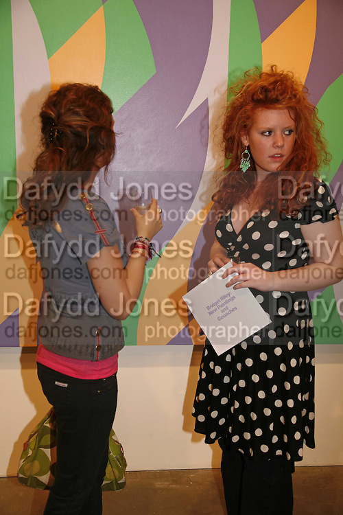 Lucy Crowther and Lily Macclelland,  Bridget Riley exhibition. Timothy Taylor Gallery. 6 June 2006. ONE TIME USE ONLY - DO NOT ARCHIVE  © Copyright Photograph by Dafydd Jones 66 Stockwell Park Rd. London SW9 0DA Tel 020 7733 0108 www.dafjones.com