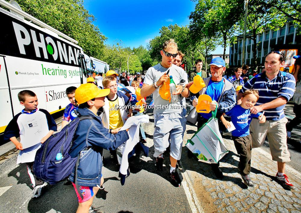 20060609. Lorient. Thor Hushovd på vei til flybussene som skal frakte rytterne sørover. Omkranset av franske fans..Foto: Daniel Sannum Lauten/ Dagbladet
