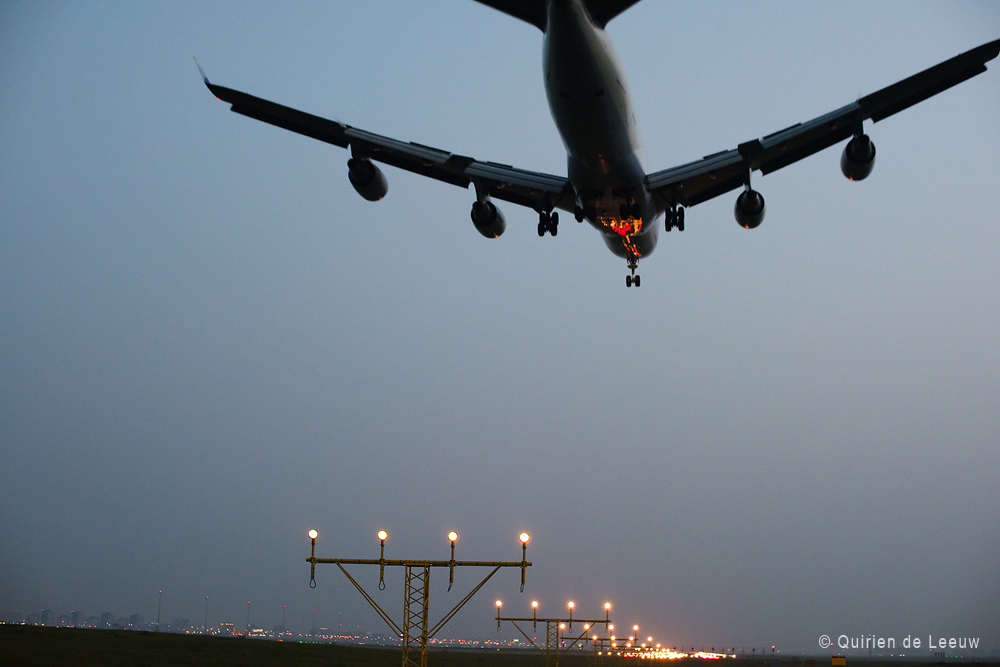 Een KLM Boeing 747 landt op de Zwanenburgbaan op Schiphol Airport.