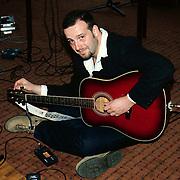 Uitreiking Annie M.G.Schmidtprijs 1997, Pascal Jacobsen van Blof stemt zijn gitaar