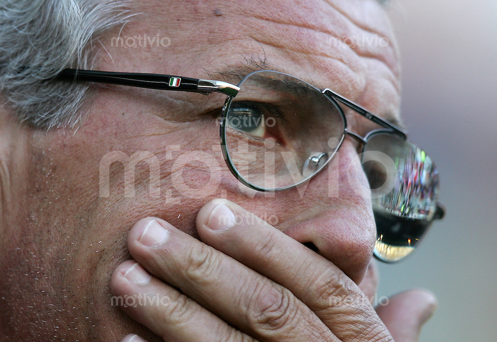 Fussball  International WM2006  Testspiel Schweiz 1-1 Italien ITA Trainer Marcello Lipi, nachdenklich