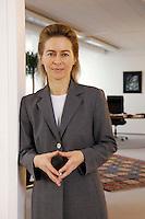 12 DEC 2005, BERLIN/GERMANY:<br /> Ursula von der Leyen, CDU, Bundesfamilienministerin, in der Tuere zu ihrem Buero, Bundesministerium fuer Familie, Senioren, Frauen, und Jugend<br /> Ursula von der Leyen, Federal Minister for family, Seniors, Women and Youth, in her office<br /> IMAGE: 20051212-01-063<br /> KEYWORDS: Büro