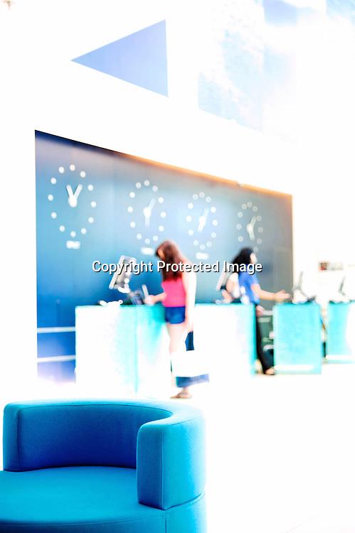 À une vingtaine de minutes du centre, l'hôtellerie de luxe fait peau neuve avec le nouveau Radisson Blu Hôtel..Luxe standardisé mais jolie surprise avec les salles de bains qu i plonge dans le grand bleu !.Petite plage privée au pied?.www.radissonblu.com.