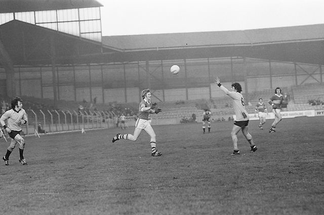 Dublin and Kerry both hoping to gain possession of the ball during the All Ireland Senior Gaelic Football Semi Final, Dublin v Kerry in Croke Park on the 23rd of January 1977. Dublin 3-12 Kerry 1-13.