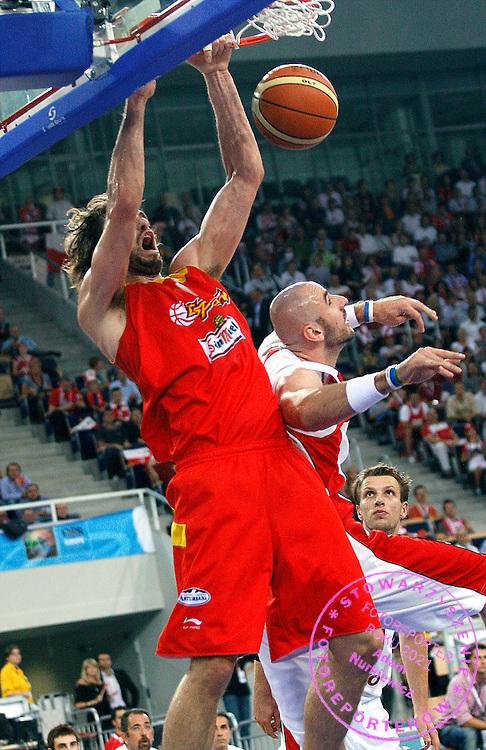 Lodz 16/09/2009.EuroBasket 2009.Qualifying Round - Group F.Poland v Spain.Pau Gasol of Spain and Marcin Gortat of Poland ..Photo by : Piotr Hawalej / WROFOTO