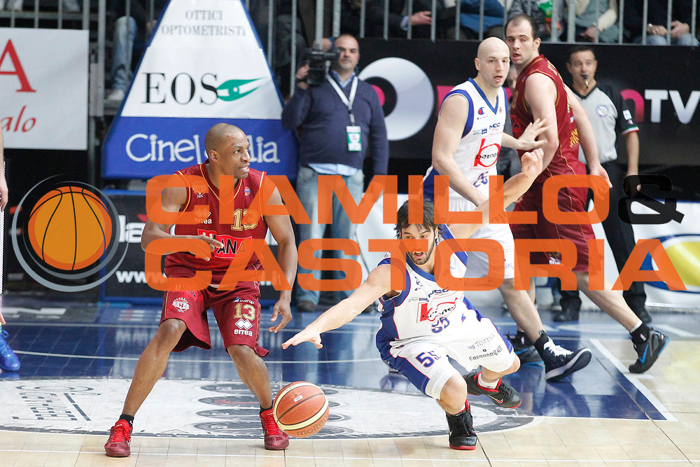 DESCRIZIONE : Cantu Campionato Lega A 2011-12 Bennet Cantu Umana Venezia<br /> GIOCATORE : Alvin Young Gianluca Basile<br /> CATEGORIA : Curiosita Palleggio<br /> SQUADRA : Umana Venezia Bennet Cantu<br /> EVENTO : Campionato Lega A 2011-2012<br /> GARA : Bennet Cantu Umana Venezia<br /> DATA : 05/02/2012<br /> SPORT : Pallacanestro<br /> AUTORE : Agenzia Ciamillo-Castoria/G.Cottini<br /> Galleria : Lega Basket A 2011-2012<br /> Fotonotizia : Cantu Campionato Lega A 2011-12 Bennet Cantu Umana Venezia<br /> Predefinita :