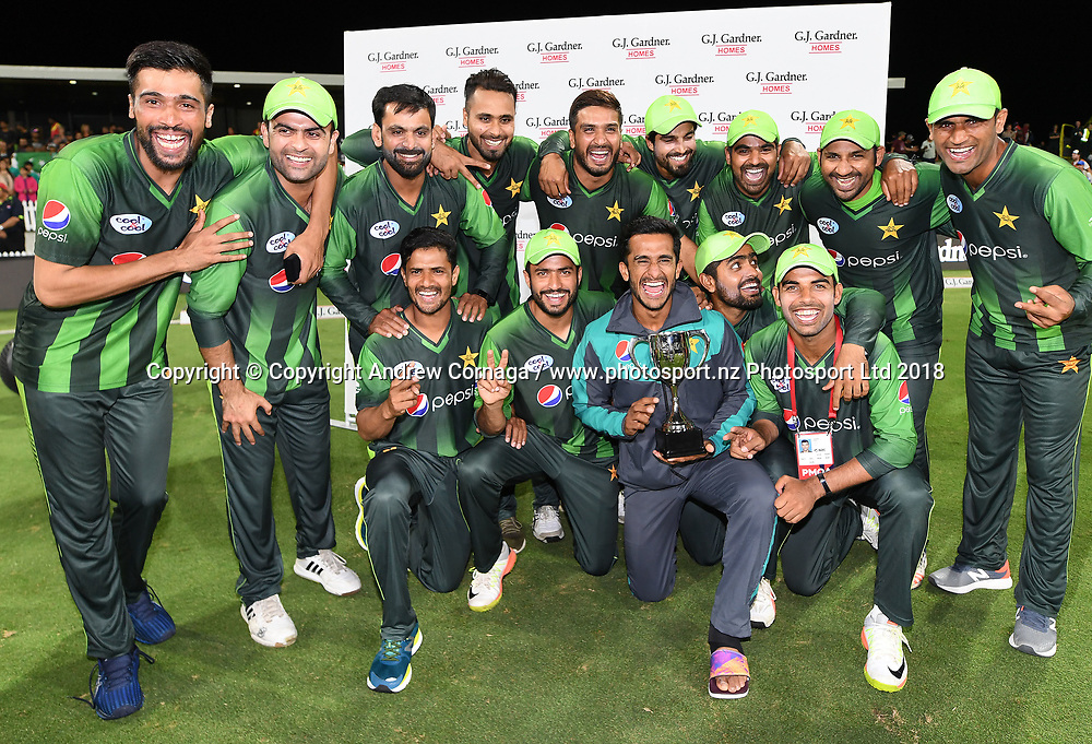 Pakistan players pose for a team photo after winning the series 2-1.<br /> Pakistan tour of New Zealand. T20 Series. 3rd Twenty20 international cricket match, Bay Oval, Mt Maunganui, New Zealand. Sunday 28 January 2018. &copy; Copyright Photo: Andrew Cornaga / www.Photosport.nz