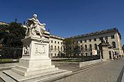 Duitsland, Berlijn, 22-8-2009Historische ingang van het gebouw van de Humboldt universiteit. Standbeeld van Wilhelm von Humboldt.Foto: Flip Franssen/Hollandse Hoogte
