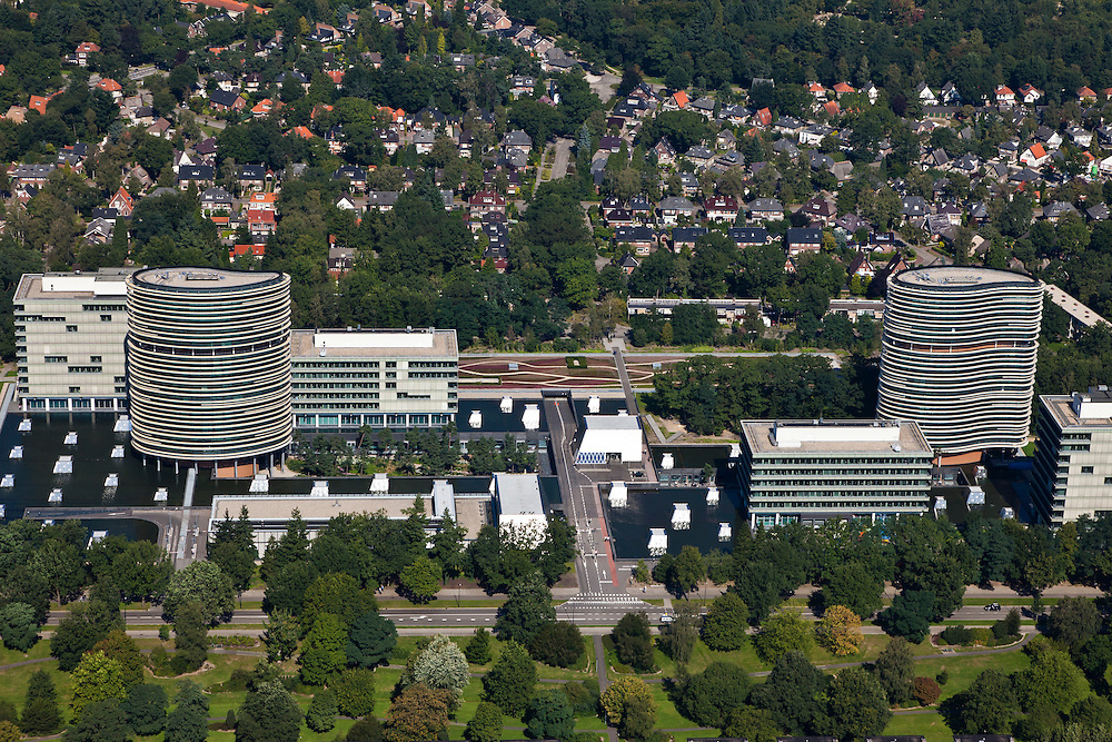 Nederland, Gelderland, Apeldoorn, 06-09-2010; Walterboscomplex van de Belastingdienst, oorspronkelijk gebouwd in de jaren zestig. Gerenoveerd met nieuwe gebouwen en campus door Neutelings Riedijk Architects  (opgeleverd 2007). Het complex huisvest de ICT afdeling..Walterbos complex of Tax Service, originally built in the sixties. Renovated with new buildings and campus by Neutelings Riedijk Architects (completed 2007). The complex houses the IT department.luchtfoto (toeslag), aerial photo (additional fee required).foto/photo Siebe Swart