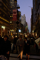 21 NOV 2003, NEW YORK/USA:<br /> Naechtliche Szene mit Strassenverkehr, Fussgaengern, Hochhaeusern, Manhatten, New York<br /> IMAGE: 20031121-02-058<br /> KEYWORDS: Nacht, Nachtaufnahme
