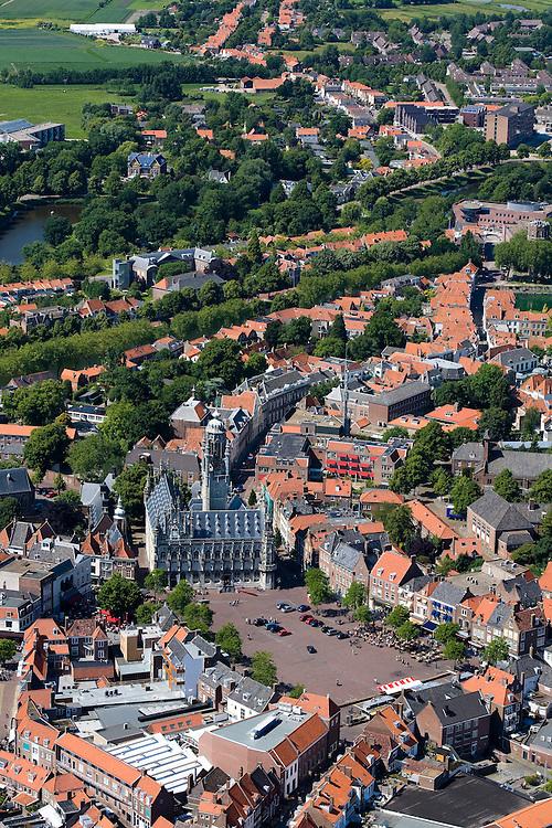 Nederland, Zeeland, Middelburg, 12-06-2009; Overzicht van het centrum van de middeleeuwse stad, beschermde stadsgezicht. Links het oude Stadhuis aan de Markt, tegenwoordig in gebruik bij de Roosevelt Academy, in het midden toren de Lange Jan, behorende bij de Abdij, en rechts aan de rand van de stad de Oostkerk. In de achtergrond Walcheren gezien naar Noord-Beveland met daar weer achter de Oosterschelde (met Stormvloedkering)..Center of the medieval city, left the historic town hall, in the middle the former Abbey with the 89 meter high tower.Swart collectie, luchtfoto (25 procent toeslag); Swart Collection, aerial photo (additional fee required).foto Siebe Swart / photo Siebe Swart