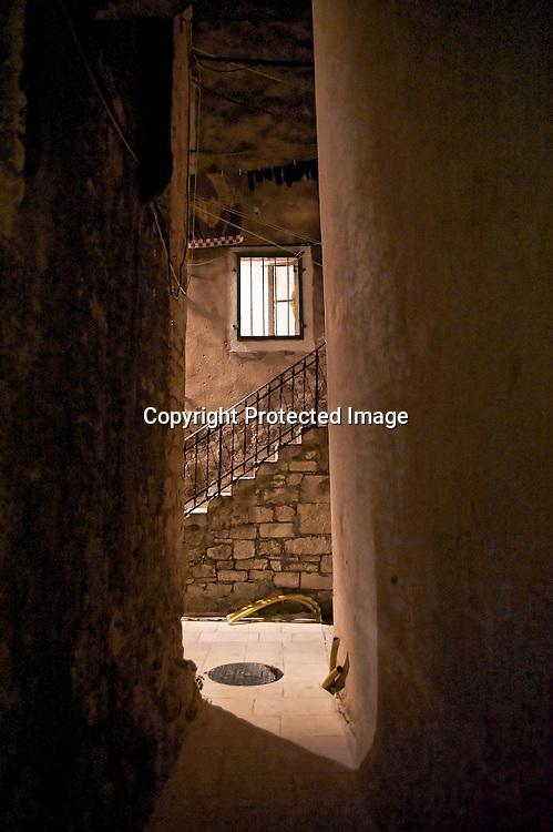 Il fait bon de flaner dans les ruelles de la vieille ville de Split. A la nuit tombée la chaleur renvoyée par les dalles calcaires lustrées par les siècles nous invite à se déchausser pour entendre parler les murs de ses siècles de conquêtes.