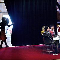 Nederland, Amsterdam , 27 januari 2014.<br /> Masterclass protestants daten voor singles. <br /> De cursus is opgezet voor studenten en andere Amsterdammers (25-35 jaar) die zich willen verdiepen in daten en wat echt van belang is in hun liefdesleven. De deelnemers worden in de training uitgedaagd door praktische oefeningen, die ze vervolgens 'in het echt' kunnen uitvoeren. Ook uitwisseling en humor zijn belangrijke elementen van de masterclass. Thema's: spiritualiteit, zelfbeeld & identiteit, hoe schakel je je netwerk in, internet-daten, contact maken, seksualiteit en gender-rollen. Studentenpastor Riekje van Osnabrugge: 'We hebben het niet alleen over flirten, we gaan een laag dieper: wat zijn je waarden, waar liggen je grenzen, wat is voor jou echt belangrijk. Zodat je bewuste keuzes maakt op één van de belangrijkste terreinen in het leven: de liefde.<br /> <br /> Op de foto: Rechts zit een groepje cursisten in gesprek met elkaar terwijl op de achtergrond profielfoto's vd cursisten worden gemaakt voor op de datingsite.<br /> Foto:Jean-Pierre Jans