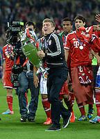 FUSSBALL  CHAMPIONS LEAGUE  SAISON 2012/2013  FINALE  Borussia Dortmund - FC Bayern Muenchen         25.05.2013 Champions League Sieger 2013 FC Bayern Muenchen:Toni Kroos jubelt mit dem Pokal. Seine Teamkollegen jubeln mit dem Spieler
