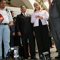 Toluca, Mex.- Enrique Peña Nieto, gobernador del Estado de Mexico gesticula frente a reporteros graficos que protestaron al poner sus camaras en el piso ante la represion y agresiones por parte de sus elementos de seguridad durante la ceremonia de aniversario del Registro Civil. Agencia MVT / Especial. (DIGITAL)<br /> <br /> NO ARCHIVAR - NO ARCHIVE