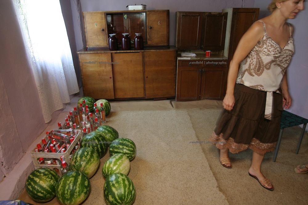 Georgien/Abchasien, Gudauta, 2006-08-26, Das Wodka- und Melonenlager für das Fest. Auf dem traditionellen Treffen des Hagba-Clans in Abchasien kommen 125 Familien zusammen. Vor dem Fest diskutieren die Männer die Probleme und sammeln Geld für notleidende Familienmitglieder. Abchasien erklärte sich 1992 unabhängig von Georgien. Nach einem einjährigen blutigen Krieg zwischen den Abchasen und Georgiern besteht seit 1994 ein brüchiger Waffenstillstand, der von einer UNO-Beobachtermission unter personeller Beteiligung Deutschlands überwacht wird. Trotzdem gibt es, vor allem im Kodorital immer wieder bewaffnete Auseinandersetzungen zwischen den Armee der Länder sowie irregulären Kämpfern. (The stock of vodka and melons for the meeting. A meeting of the Hagba clan in Abkhazia. 125 families depends on that clan. At the traditional meeting every summer the men discuss the problems and collecting money for needy family members. After that the party begins. Abkhazia declared itself independent from Georgia in 1992. After a bloody civil war a UNO mission observing the ceasefire line between Georgia and Abkhazia since 1994. Nevertheless nearly every day armed incidents take place in the Kodori gorge between the both armys and unregular fighters )