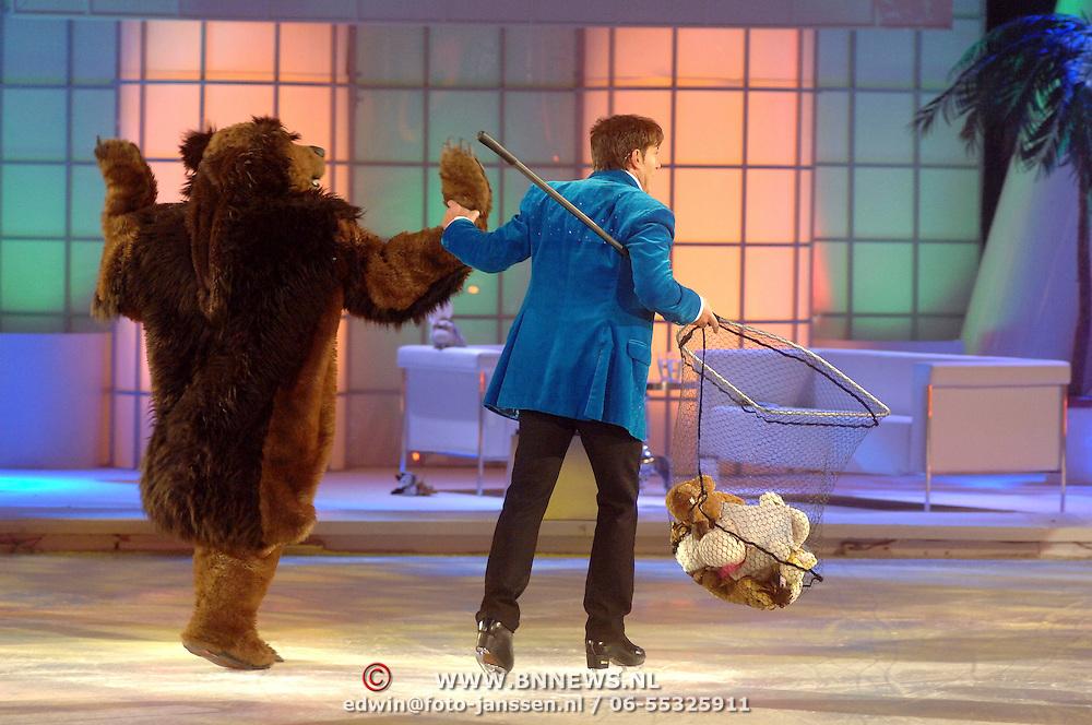 NLD/Hilversum/20070302 - 8e Live uitzending SBS Sterrendansen op het IJs 2007, Gerard Joling met een vangnet voor de beren, levensgrote beer