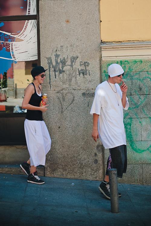 Vecinos y turistas comparten las calles y plazas de Malasaña.