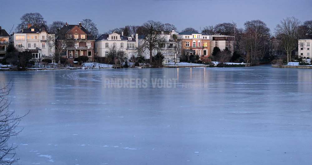 Stadthäuser in Hamburg am zugefrorenen Feenteich