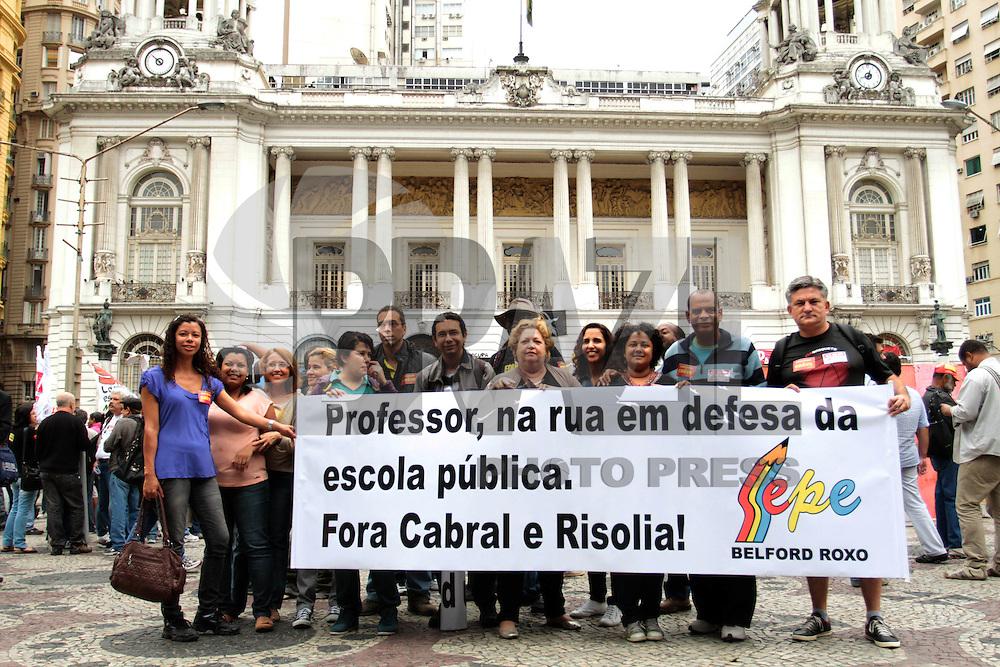 RIO DE JANEIRO, RJ, 27 AGOSTO 2013 - ATO PÚBLICO PROFESSORES ESTADUAIS RJ - Professores estaduais em greve realizam ato público em frente a câmara dos vereadores e em seguida seguem em passeata até a ALERj , Rio de Janeiro nessa terça, 27. (FOTO: LEVY RIBEIRO / BRAZIL PHOTO PRESS)