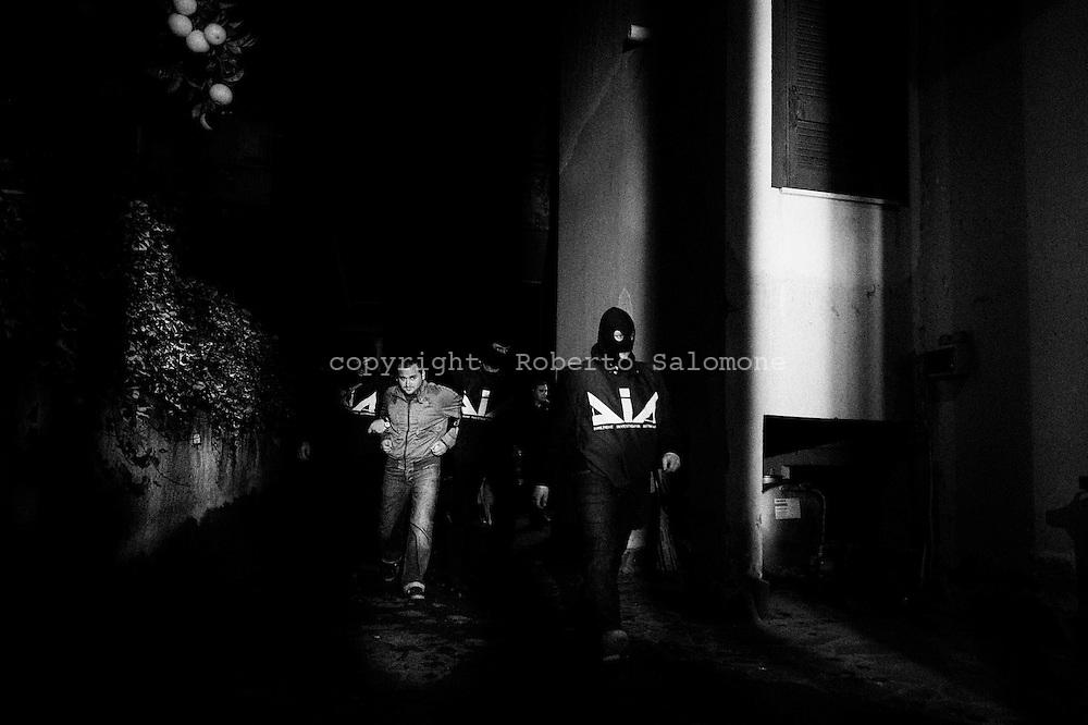 Napoli, Italia - 4 marzo 2010. Un'agguerrita organizzazione camorristica dedita alle estorsioni e all'usura ai danni di imprenditori e commercianti di Volla e Casalnuovo, nel Napoletano, è stata smantellata da un`operazione congiunta di Dia e carabinieri denominata &laquo;Luna Rossa 2&raquo;. Gli agenti della DIA e dei Carabinieri del comando provinciale di Napoli hanno arrestato sei persone.<br /> Ph. Roberto Salomone Ag. Controluce<br /> ITALY, Naples - Antimafia and Carabinieri forces arrested 6 people limked to neapolitan mafia organisation of camorra on March 4, 2010.