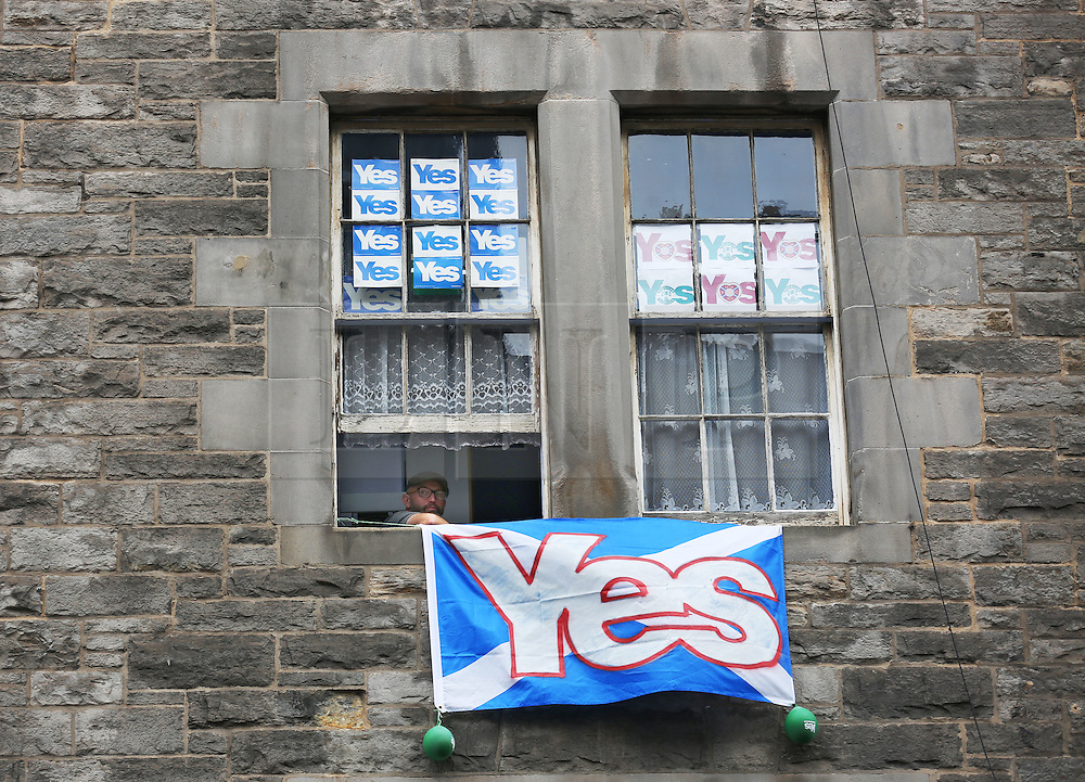 """© Licensed to London News Pictures. 14/09/2014. Edinburgh, UK. """"Yes"""" campaign signs are displayed across buildings and windows in Edinburgh to support the independence of Scotland. With only  four days left for the Scottish people to decide, the latest polls give a mixed picture of opinions. Photo credit: Isabel Infantes / LNP"""
