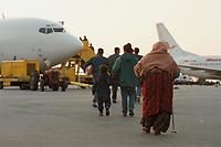 07.04.1999, Mazedonien/Skopje:<br /> Flüchtlinge / Vertriebene aus dem Kosovo steigen auf dem Flughafen Skopje in eine Chartermaschine zum Weiterflug nach Nürmberg, Flughafen Skopje, Mazedonien<br /> Refugees from Kosovo on their way to planes to germany, airport Skopje, Macedonia <br /> IMAGE: 19990407-01/05-14<br /> KEYWORDS: Flugzeug, plane, Flüchtling