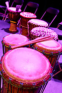 Drums met drumstokjes staan op podium. - Ethnic drums with drumstics on stage