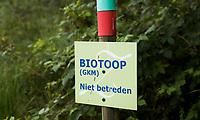 HENGELO (GLD) - Biotoop , GKM . GKM betekent Gebied met  Kwetsbaar Milieu. op golfbaan 't Zelle. Een biotoop (Gr: βιος (bios) - leven, τοπος (topos) - plaats) is een gebied met een uniform landschapstype waarin bepaalde organismen kunnen gedijen. Een biotoop moet worden onderscheiden van het bioom, de niche en het verspreidingsgebied. Binnen een biotoop kunnen habitats worden onderscheiden.<br />  COPYRIGHT KOEN SUYK