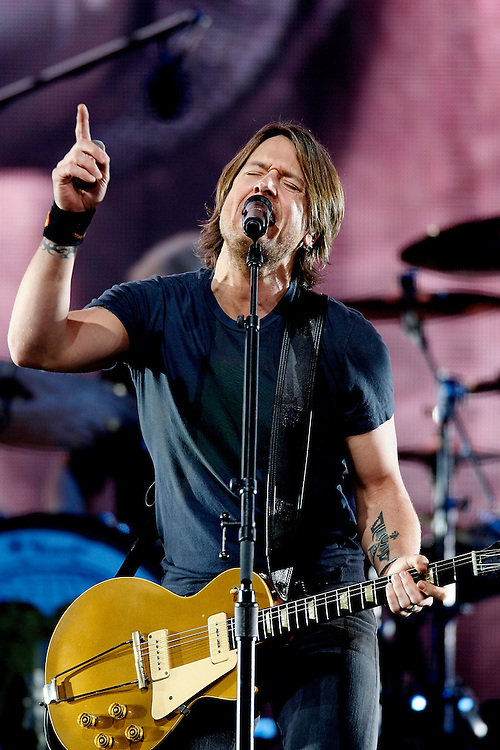 NEW YORK - FEBRUARY 13:  Singer Keith Urban performs live at the Madison Square Garden on february 13, 2008 in New York City.  (Photo by Joe Kohen/WireImage)