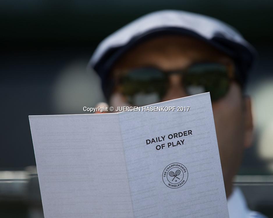 Wimbledon Feature, Linienrichter studiert den Spielplan, Nahaufnahme,Detail,<br /> <br /> Tennis - Wimbledon 2017 - Grand Slam ITF / ATP / WTA -  AELTC - London -  - Great Britain  - 6 July 2017.