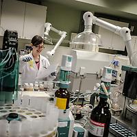una donna al lavoro in un laboratorio analisi chimiche industriali<br /> <br /> a woman at work in a laboratory industrial chemicals
